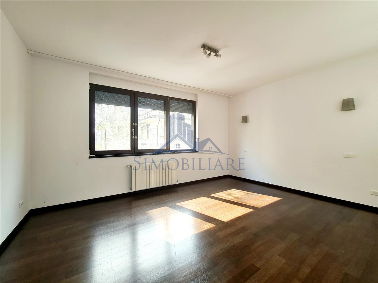 Premium location / 5 Rooms /220 sqm apartment for rent